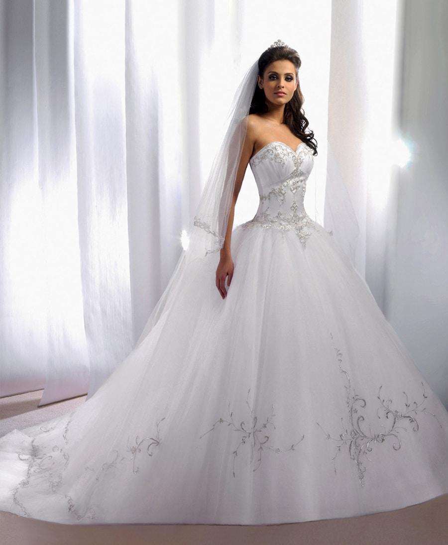 Le bal des prétendants pour la confection de la robe de mariée de ...