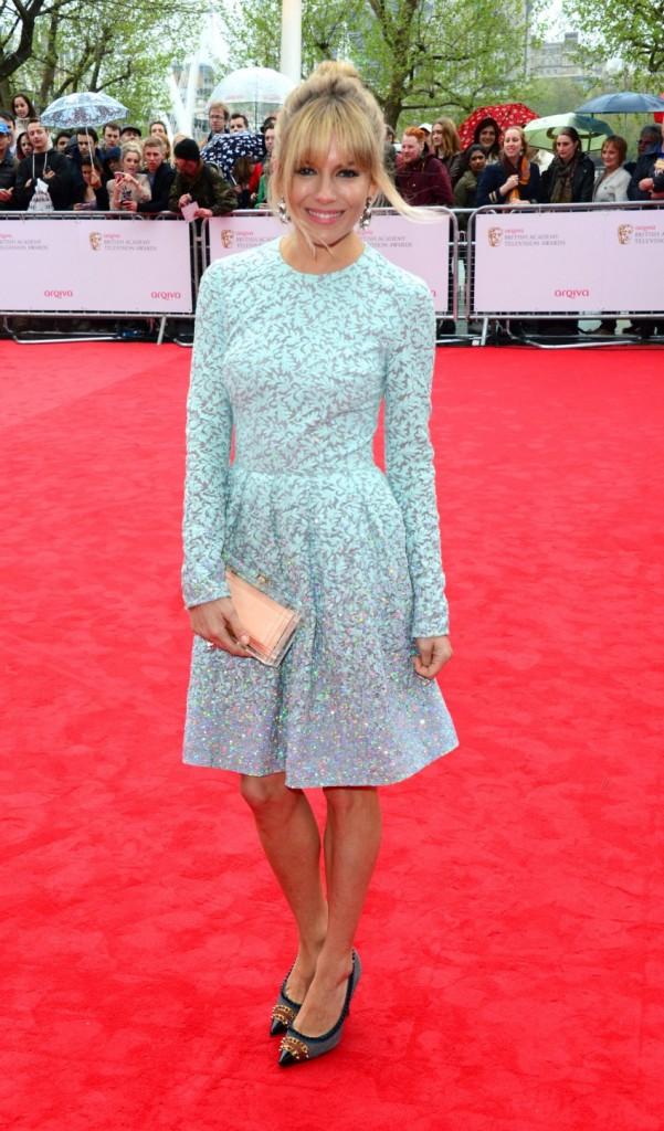 Sienna Miller en robe de couleur bleu chair au Bristish Academy Television Awards 2013