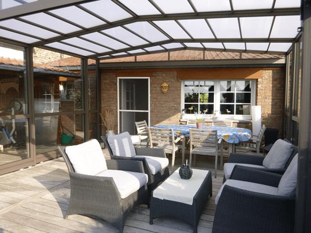 maison comment choisir entre une veranda et une pergola. Black Bedroom Furniture Sets. Home Design Ideas