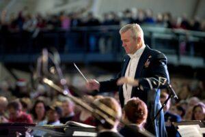 chef d'orchestre en concert devant son pupitre