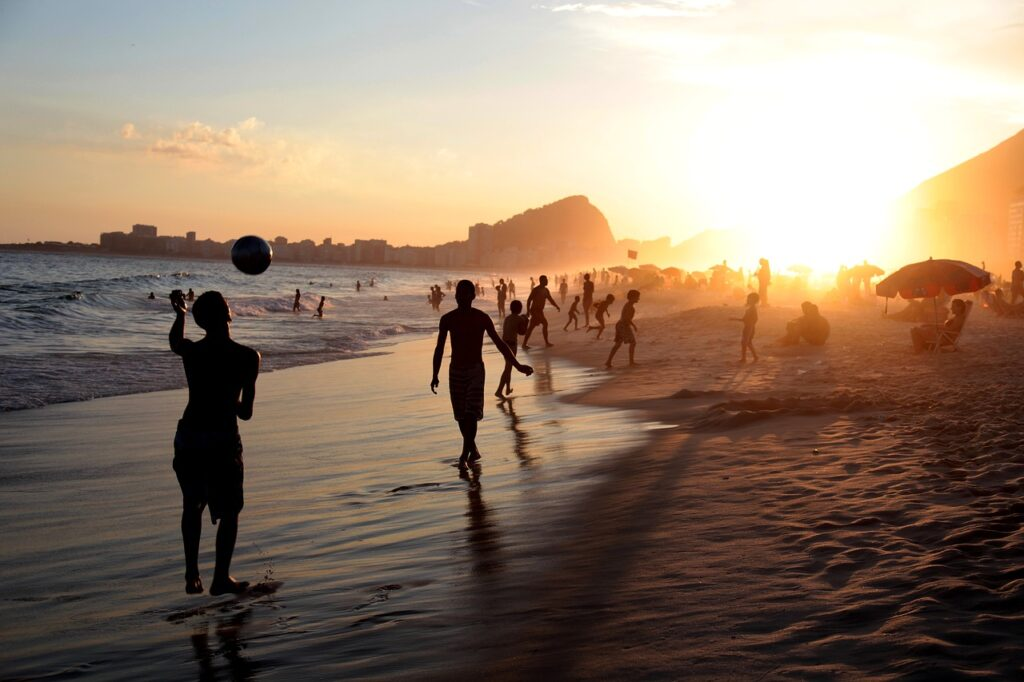 Des joueurs de foot sur une plage à Rio
