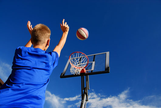 Un panier de basket mural pour enfant