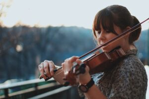 violoniste joue en plein air