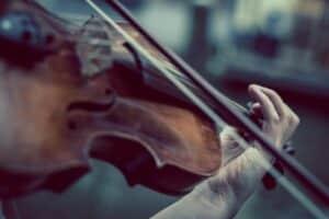 zoom sur un archet violon en plein jeu
